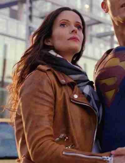 Elizabeth Tulloch as Lois Lane in Superman & Lois wearing a brown leather biker jacket